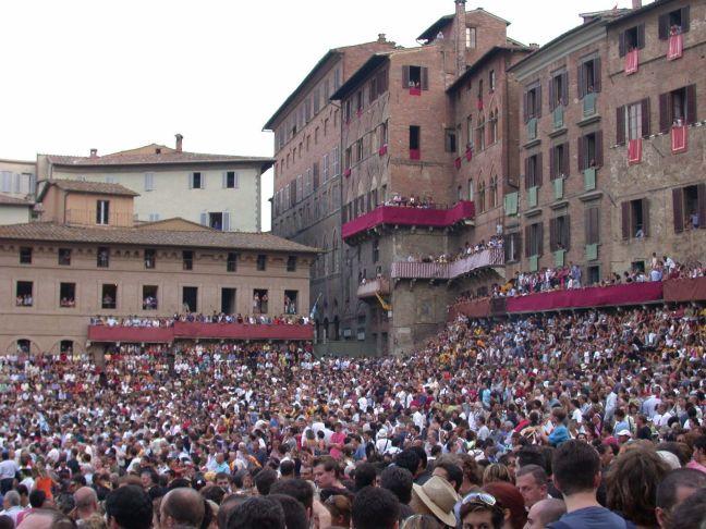 siena_piazza_del_campo_20030815-375